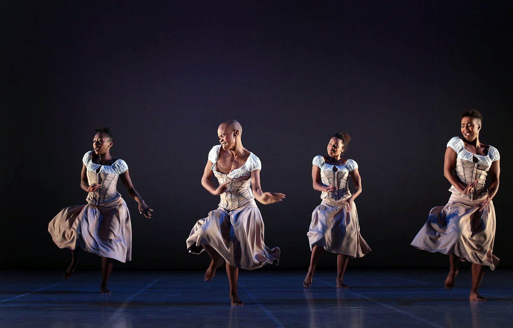 Dada Masilo (2e à gauche) interprète Giselle, entourée de danseuses.