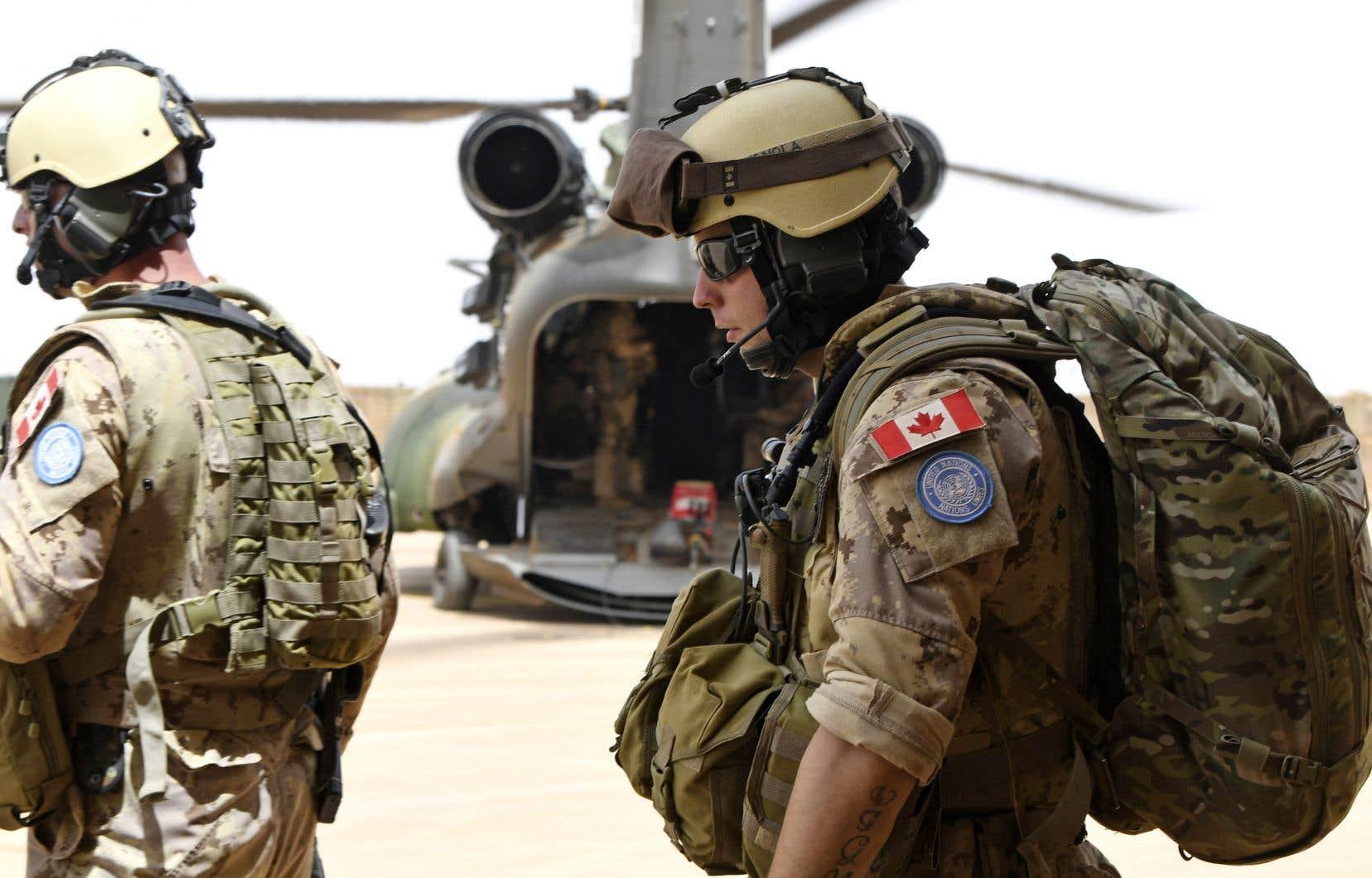 Des soldats canadiens se préparent à quitter la base de Gao pour participer à une mission de stabilisation de l'ONU. L'engagement envers ces «missions de paix» a pris près de trois ans à se concrétiser par l'envoi au Mali de 250 militaires canadiens, rappellent les auteurs.