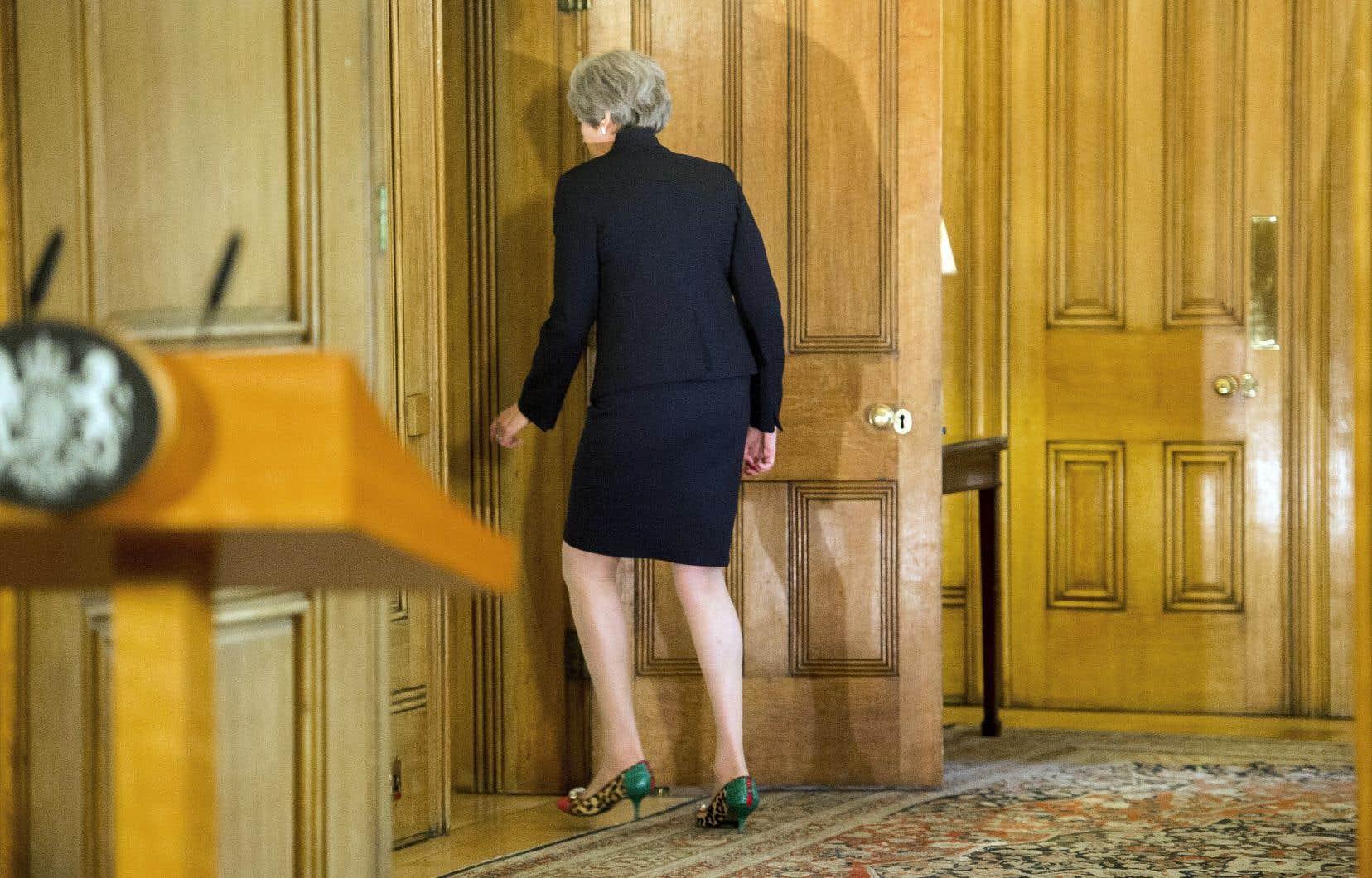 La première ministre britannique, Theresa May, quitte la pièce après avoir fait une déclaration sur les négociations à la suite du sommet de l'UE à Salzbourg.