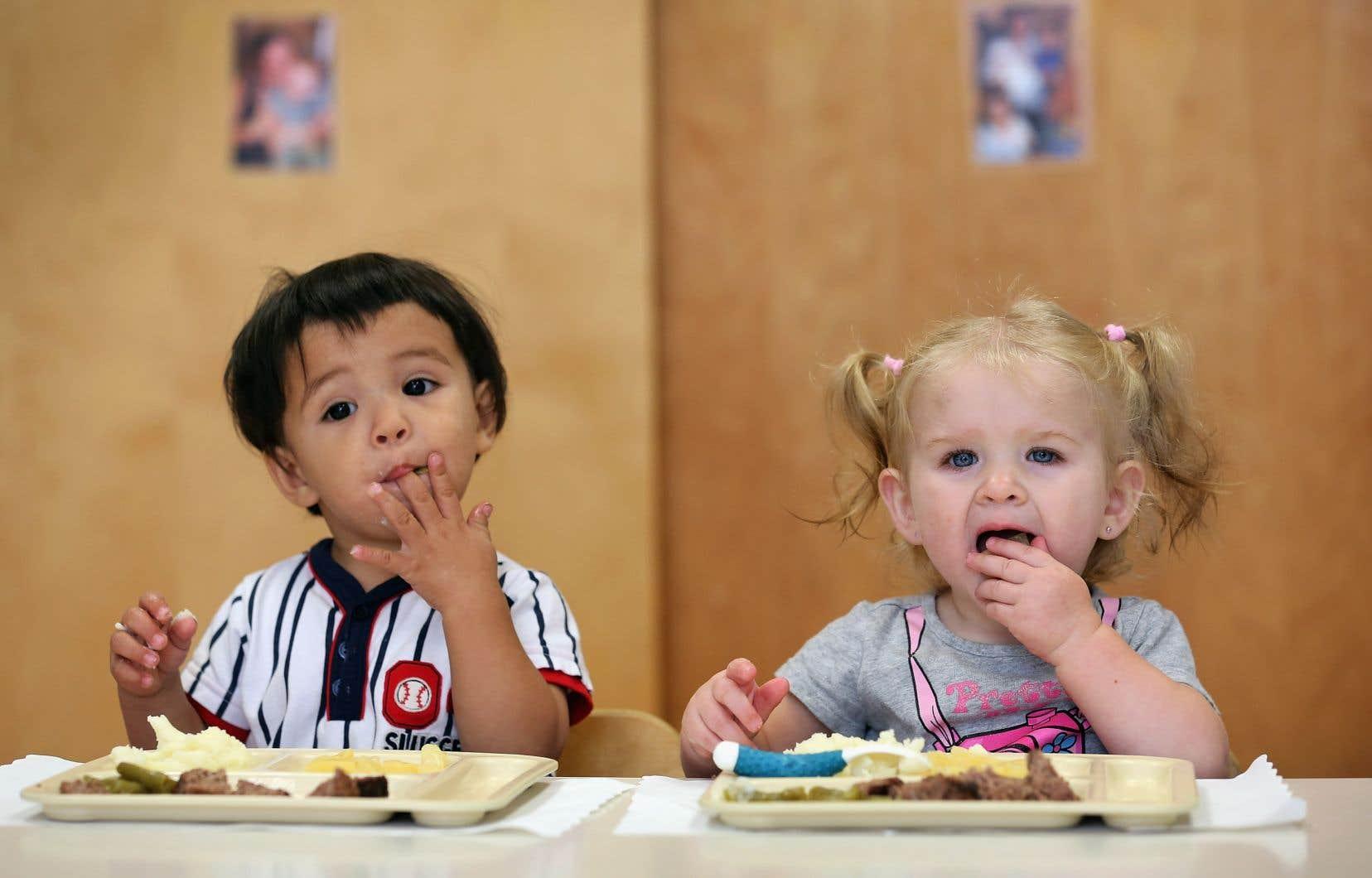 Une bonne alimentation contribue au développement des aptitudes cognitives des élèves et favorise la réussite scolaire, rappelle l'auteure.