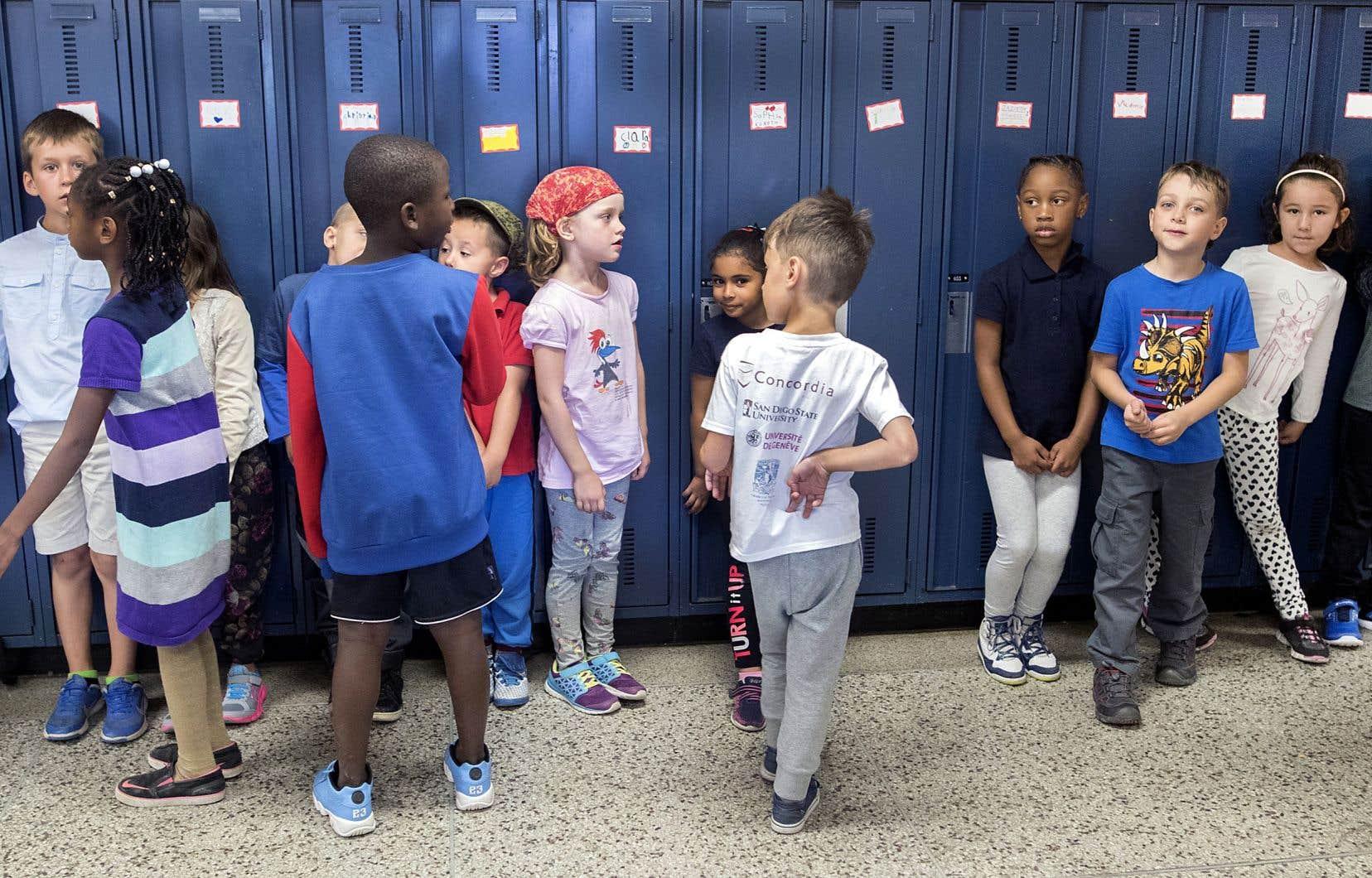 Le nombre d'élèves explose, les écoles débordent et il manque de candidats pour pourvoir tous les postes d'enseignant affichés.