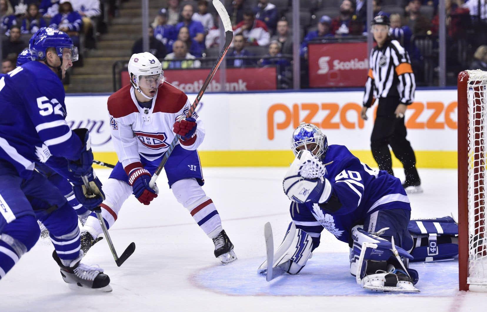 Le gardien de but des Maple Leafs de Toronto, Garret Sparks (40), effectue un arrêt face à l'ailier gauche du Canadien Charles Hudon.