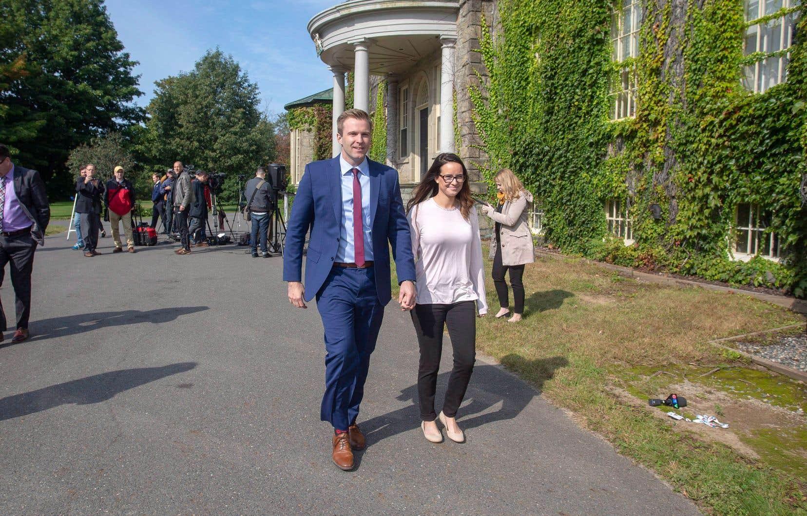 Accompagné de son épouse, Karine Lavoie, le premier ministre sortant du Nouveau-Brunswick, Brian Gallant, est allé rencontrer la lieutenante-gouverneure mardi matin afin de lui demander de lui permettre de tenter de former le gouvernement en dépit du fait que son parti a fait élire un député de moins que les conservateurs.