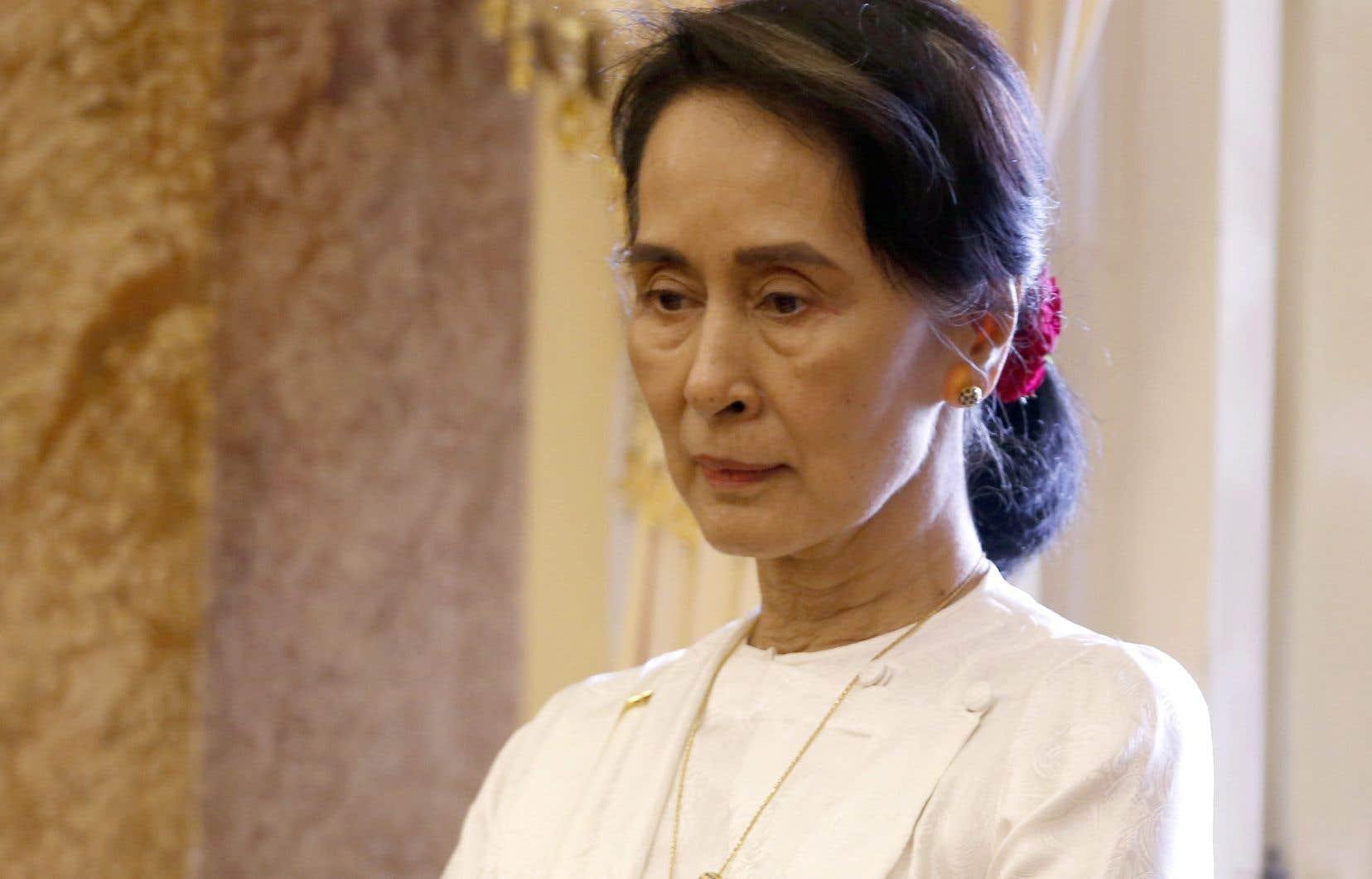 Tour à tour, les partis d'opposition ont soutenu l'idée de retirer cet honneur qui avait été remis à la lauréate du Nobel de la paix Aung San Suu Kyi en 2007, lorsqu'elle était emprisonnée à sa résidence de Rangoun.