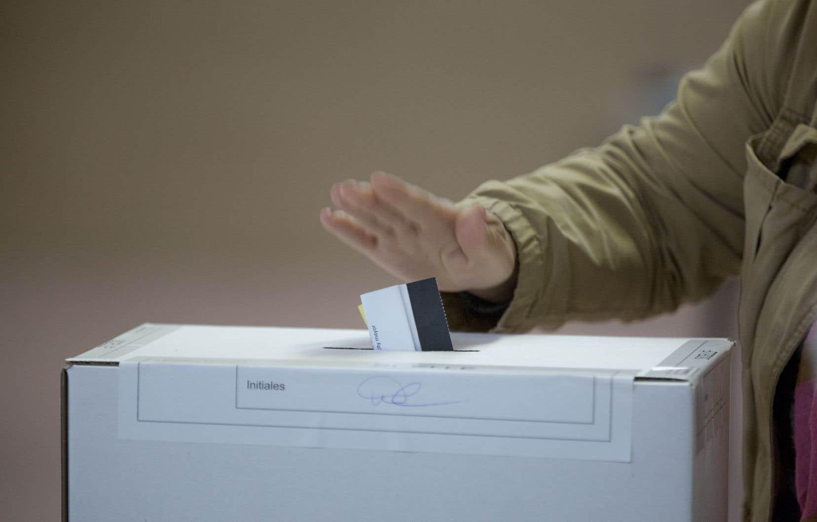 Avec le mode de scrutin actuel, les électeurs votent pour un candidat et non pour un parti.