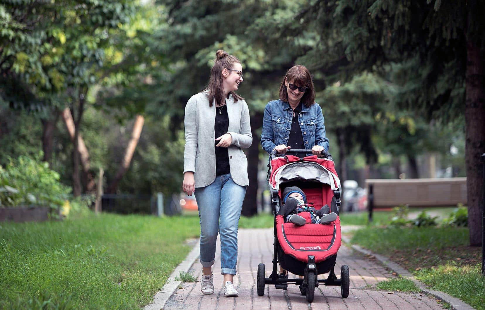 Une promenade, trois générations: Sylvie, grand-maman, promène Benjamin dans sa poussette, aux côtés de sa fille, Karine.