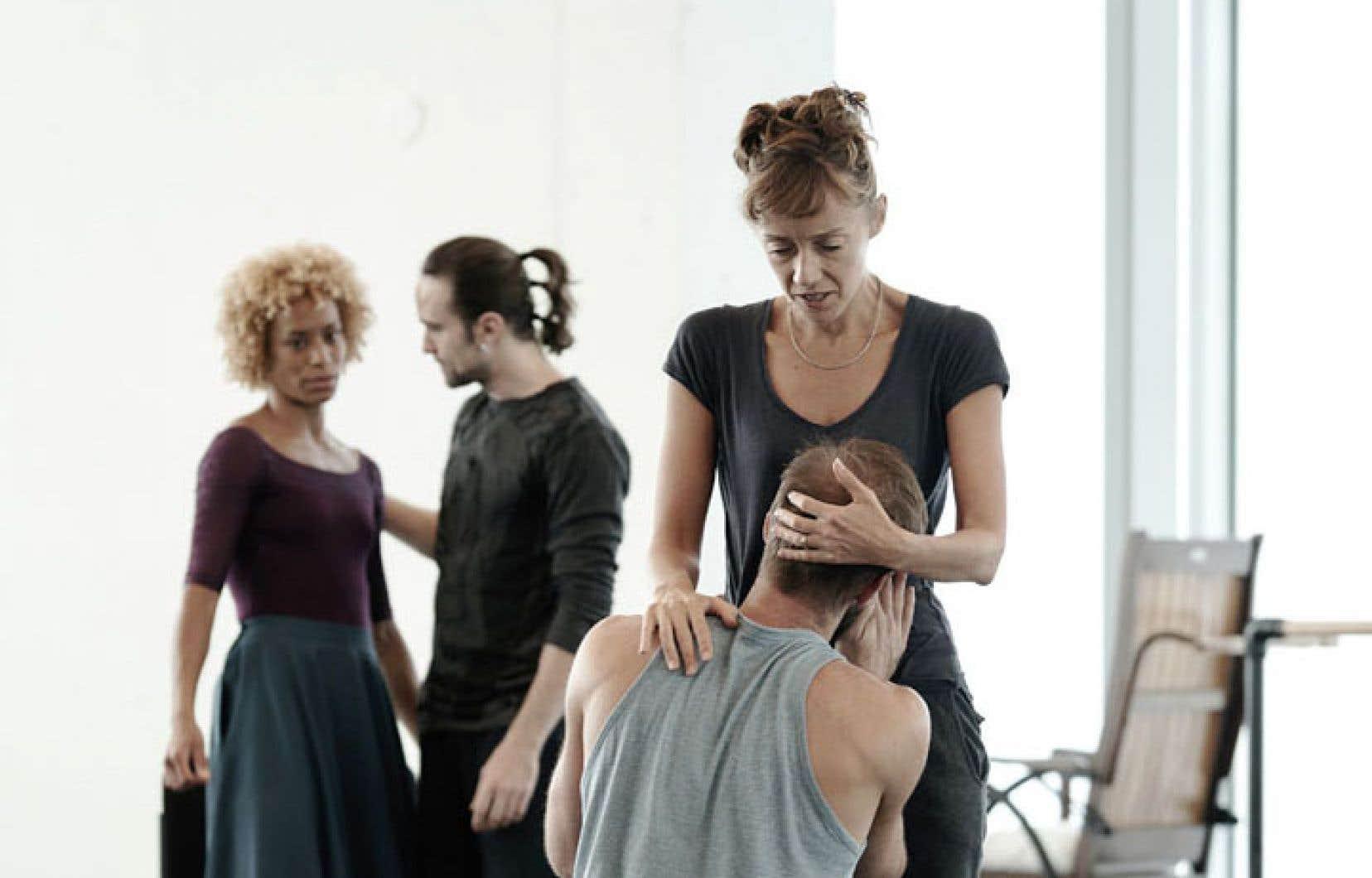 Vanesa Garcia-Ribala Montoya (Connie), Jean-Sébastien Couture (Oliver), Cathy Marston et Raphaël Bouchard (Oliver) en répétition