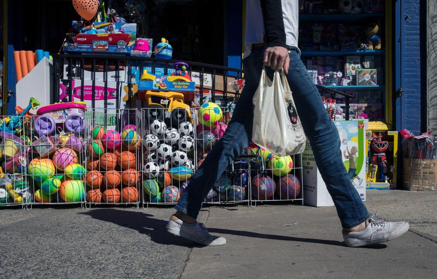 De solides dépenses de consommation, qui ont augmenté de 3,8%, le rythme le plus rapide depuis la fin de l'année dernière, ont tiré la forte croissance aux États-Unis.