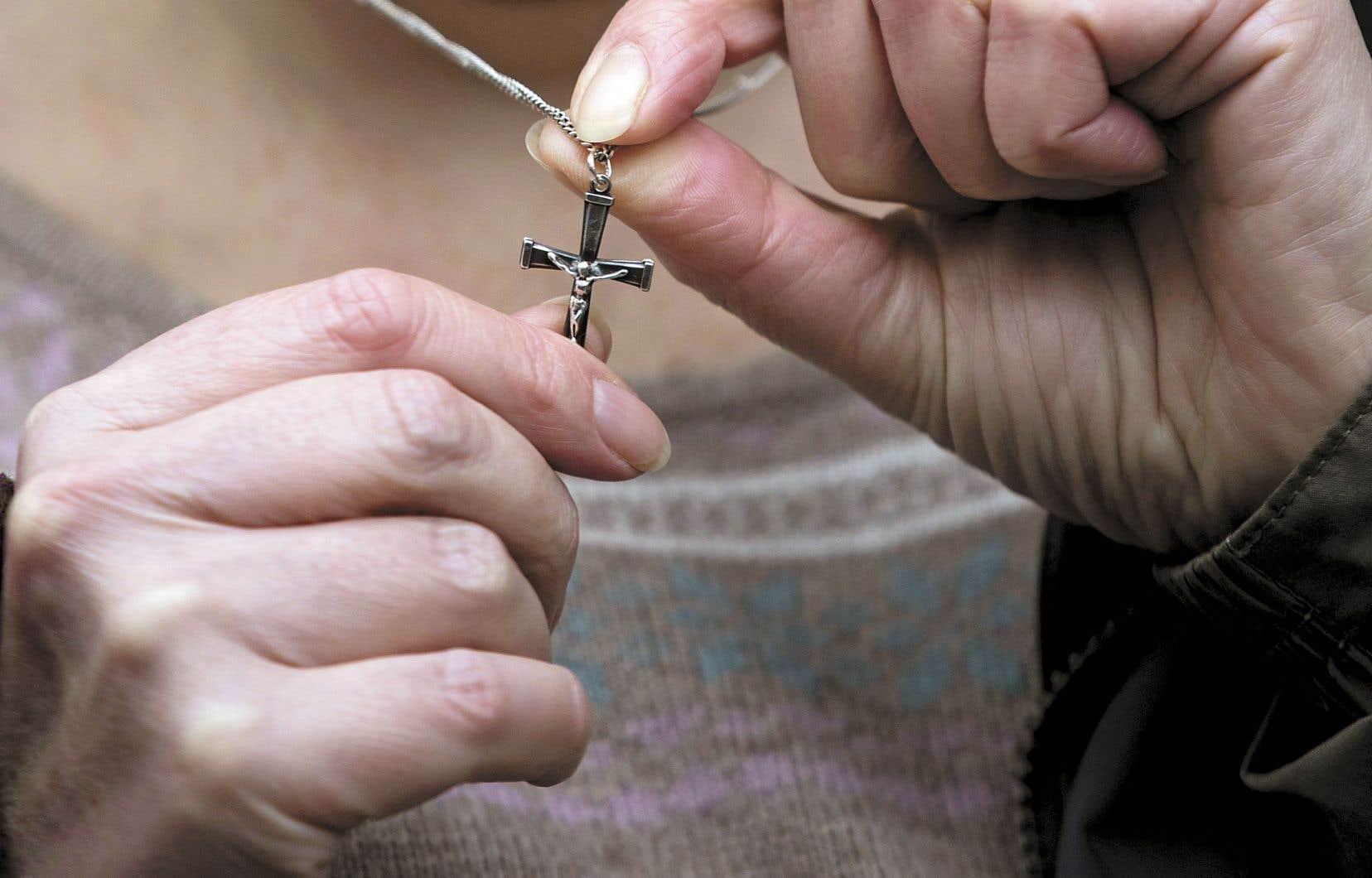 Les employés de l'État québécois devront s'abstenir de porter un signe religieux, à défaut de quoi ils perdront leur emploi.