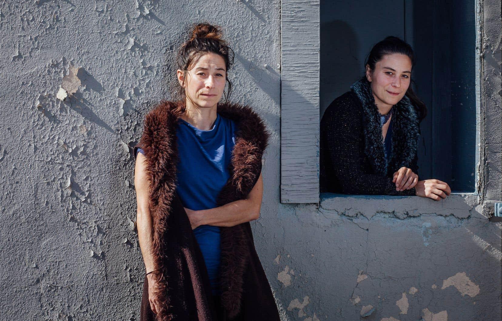 Élodie (à gauche) et Séverine (à la fenêtre) questionnent frontalement leur gémellité, et la vision qu'elle leur impose.