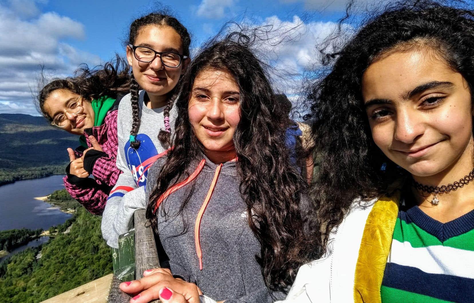 De jeunes élèves de l'école secondaire Évangile de Montréal font une première incursion dans la nature lors d'une sortie au parc du Mont-Tremblant.