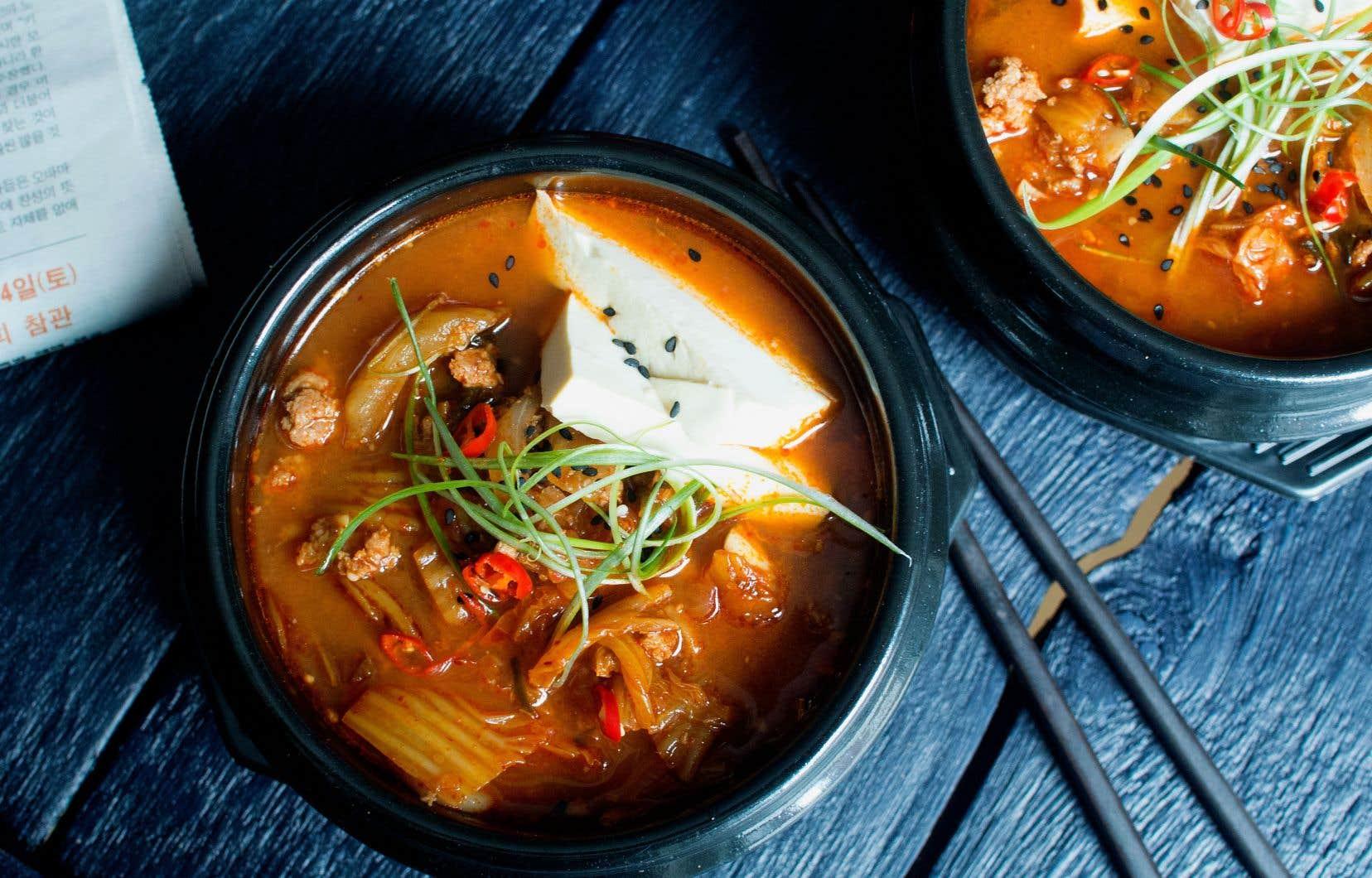 Servir chaud en déposant le tofu et les oignons verts sur le dessus, le tout accompagné de riz blanc.