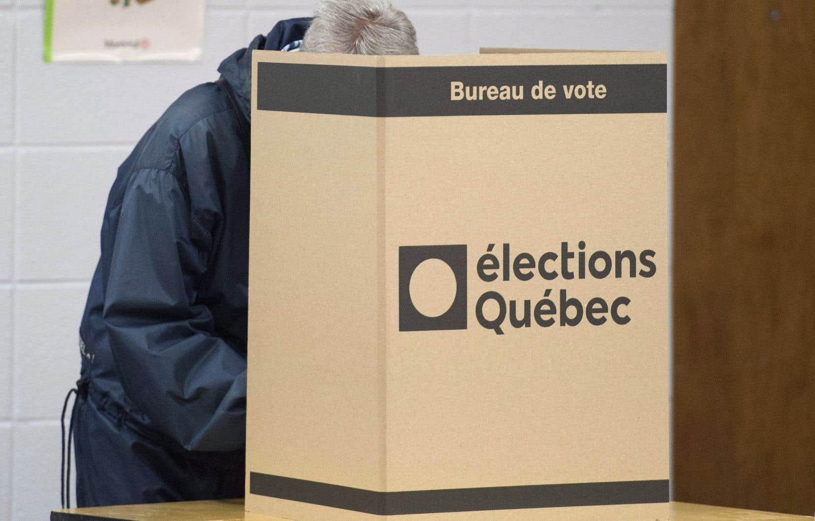 La distorsion principale de la représentation des citoyens ne vient pas du mode de scrutin, mais du rôle que jouent les partis politiques dans la représentation électorale et parlementaire, croit l'auteur.