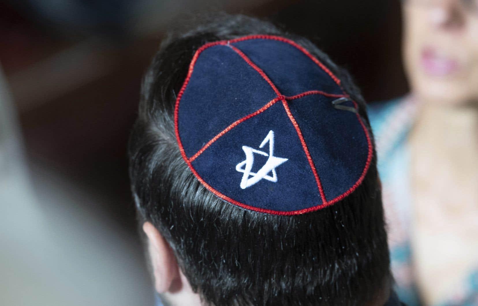 À la Commission scolaire English-Montreal, certains profs portent la kippa ou une croix au cou que rien ne saurait leur faire enlever, a-t-on insisté.