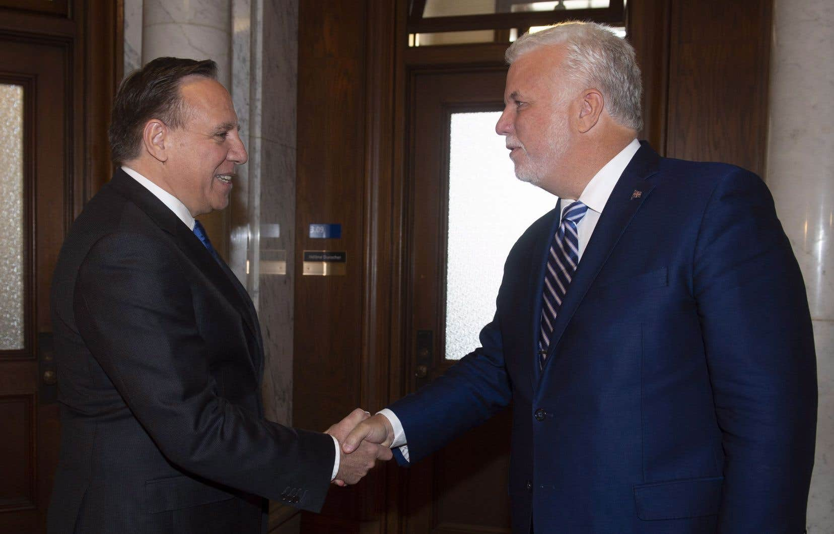 Philippe Couillard a accueilli son successeur François Legault au bureau du premier ministre, situé dans l'édifice Honoré-Mercier.