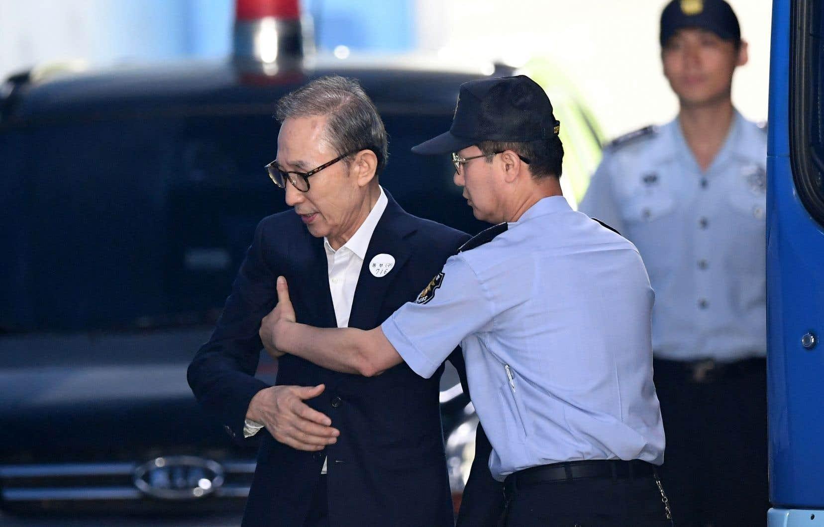 L'ex-président sud-coréen Lee Myung-bak n'était pas présent à la lecture du verdict. Il avait invoqué des raisons de santé pour ne pas assister à l'audience.