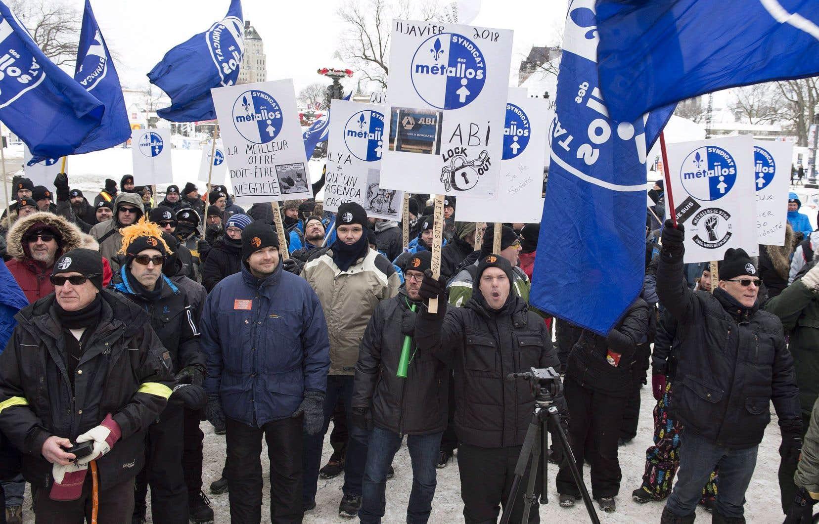 Les travailleurs d'ABI sont en lockout depuis le 11 janvier. Ils ont manifesté devant l'Assemblée nationale à Québec en février.