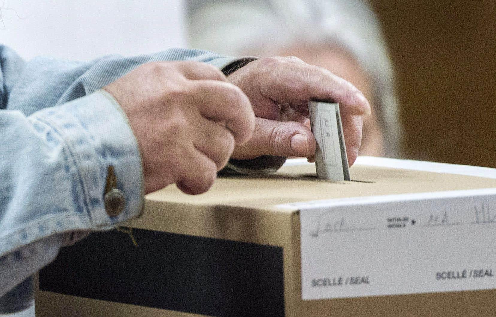 Certaines voix au Québec se sont élevées en faveur de l'adoption d'une loi qui obligerait les partis politiques de la province à présenter au moins 50% de femmes aux élections.
