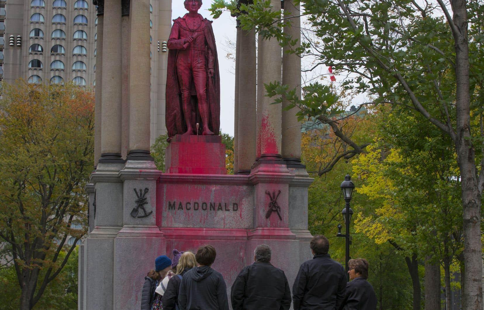 Le média de gauche No Borders rapporte qu'un groupe de militants «anticoloniaux, antiracistes, et anticapitalistes» ont couvert le monument de peinture rouge, samedi soir.
