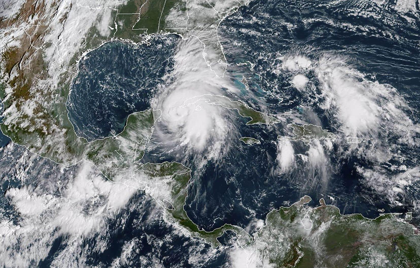 Selon le Centre national des ouragans, l'ouragan devrait atteindre les côtes de la Floride mercredi.