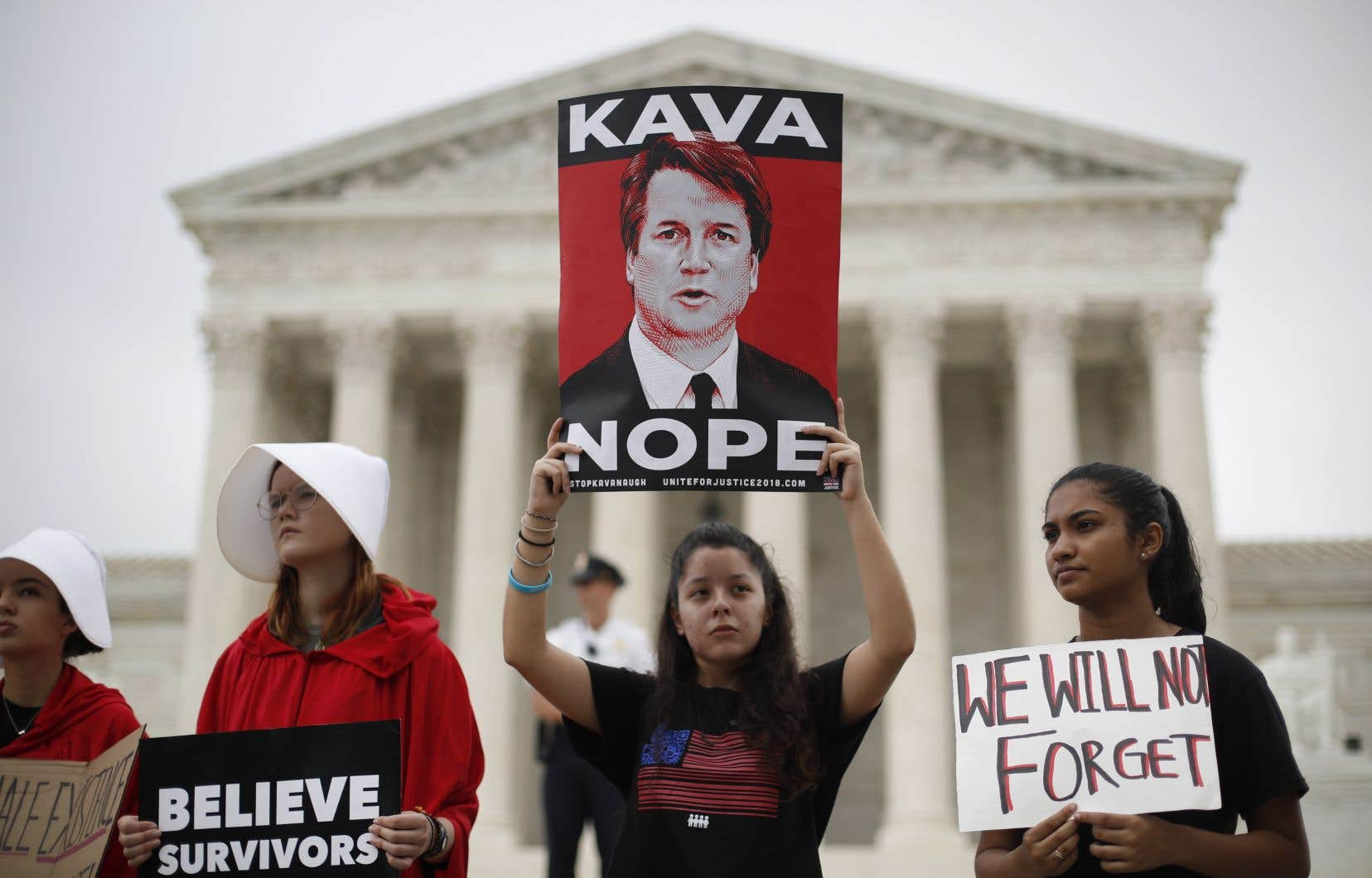 Une poignée de manifestants s'étaient massés devant la Cour suprême des États-Unis, mardi, pour dénoncer la nomination de Brett Kavanaugh.
