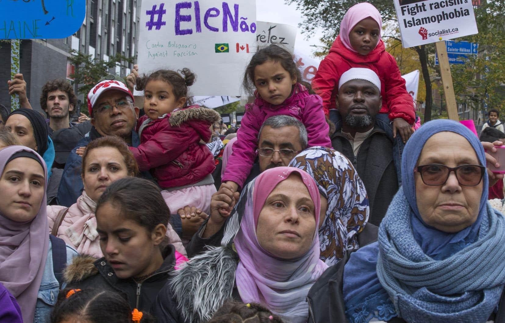 Quelques milliers de personnes ont manifesté dans les rues de Montréal dimanche pour dénoncer «les politiques racistes du [futur] gouvernement de la CAQ».