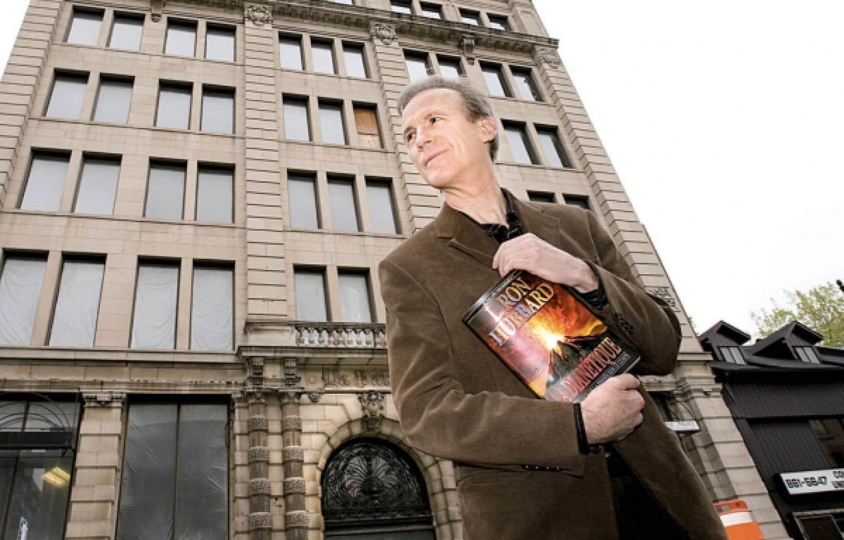 Le porte-parole de l'Église de scientologie de Montréal, Jean Larivière, devant l'édifice que le mouvement vient d'acquérir au centre-ville de Montréal. Un projet de 10 millions après rénovations.
