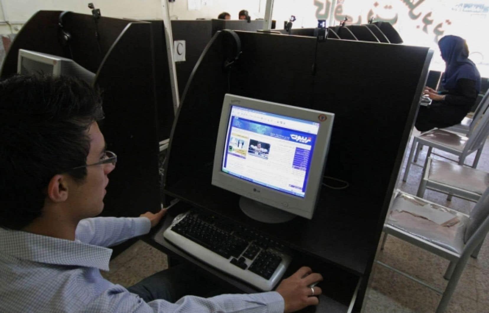 Dans un café d'Hamadan, un étudiant consulte un site politique en ligne.