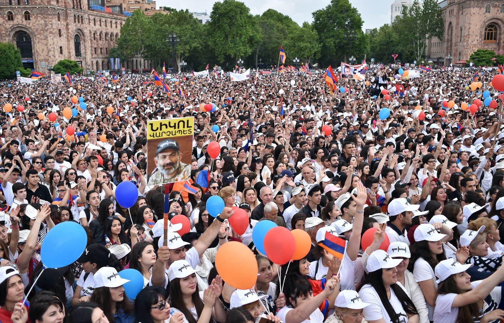 Nikol Pachinian a accédé au poste de premier ministre grâce à la rue… et aux réseaux sociaux.