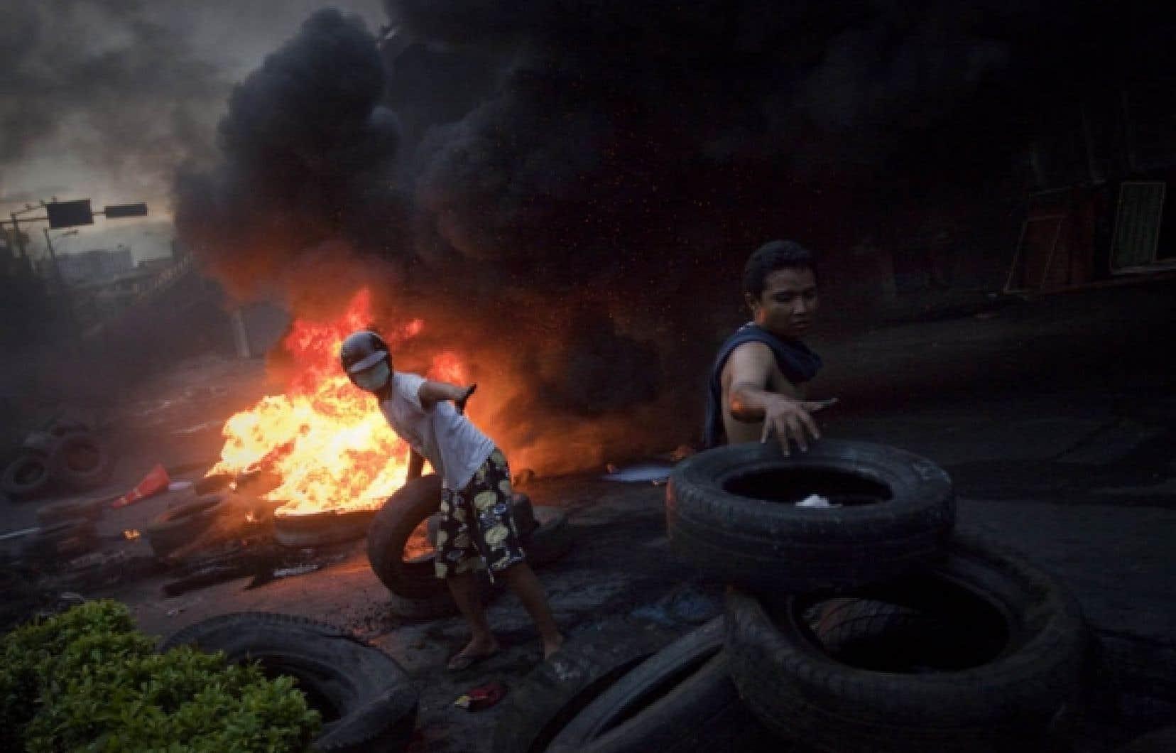 Les «chemises rouges» défendent ardemment leur camp retranché, menant des opérations de guérilla urbaine avec cocktails Molotov, pierres et engins incendiaires.