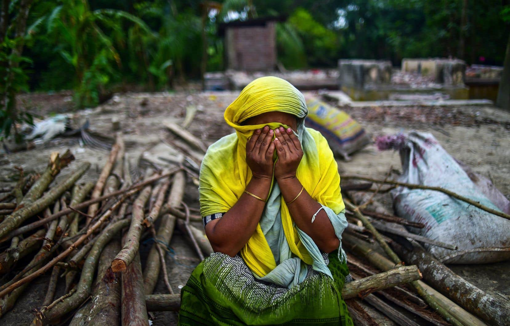 Une Bangladaise assise sur les ruines de sa maison, sur les rives du fleuve Padma à environ 40 km de la capitale, Dacca. Le mois dernier, plusieurs habitations, entreprises, écoles, mosquées et autres bâtiments ont été détruits par la forte érosion des terres dans ce secteur.