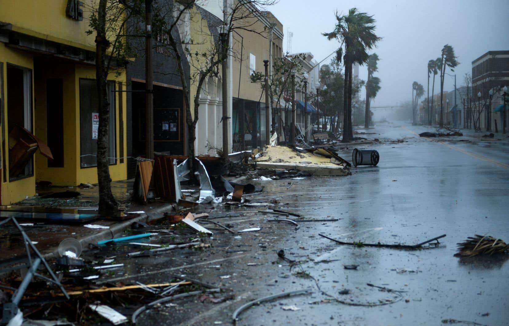 <p>À Panama City, une station balnéaire sur le littoral de Floride, un mur d'eau et des vents puissants se sont déchaînés mercredi pendant presque trois heures, dispersant des débris partout.</p>