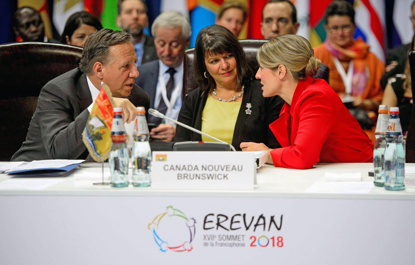 Le premier ministre désigné du Québec, François Legault, discute avec la ministre fédérale responsable de la Francophonie, Mélanie Joly, et la ministre des Affaires intergouvernementales du Nouveau-Brunswick, Hélène Bouchard (au centre).
