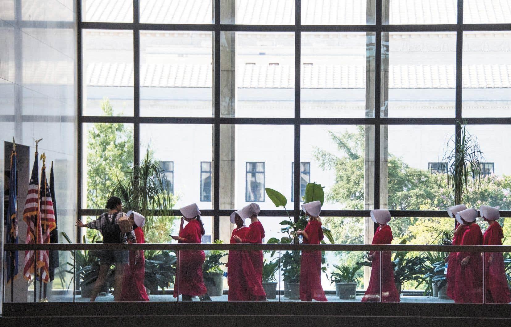 Des manifestantes revêtues du costume de «La servante écarlate» se sont récemment présentées au Sénat américain pour affirmer leur opposition avant la nomination du juge Brett Kavanaugh à la Cour suprême. La parole d'une victime ne suffit pas, il faut des preuves, affirmait cette semaine Melania Trump.