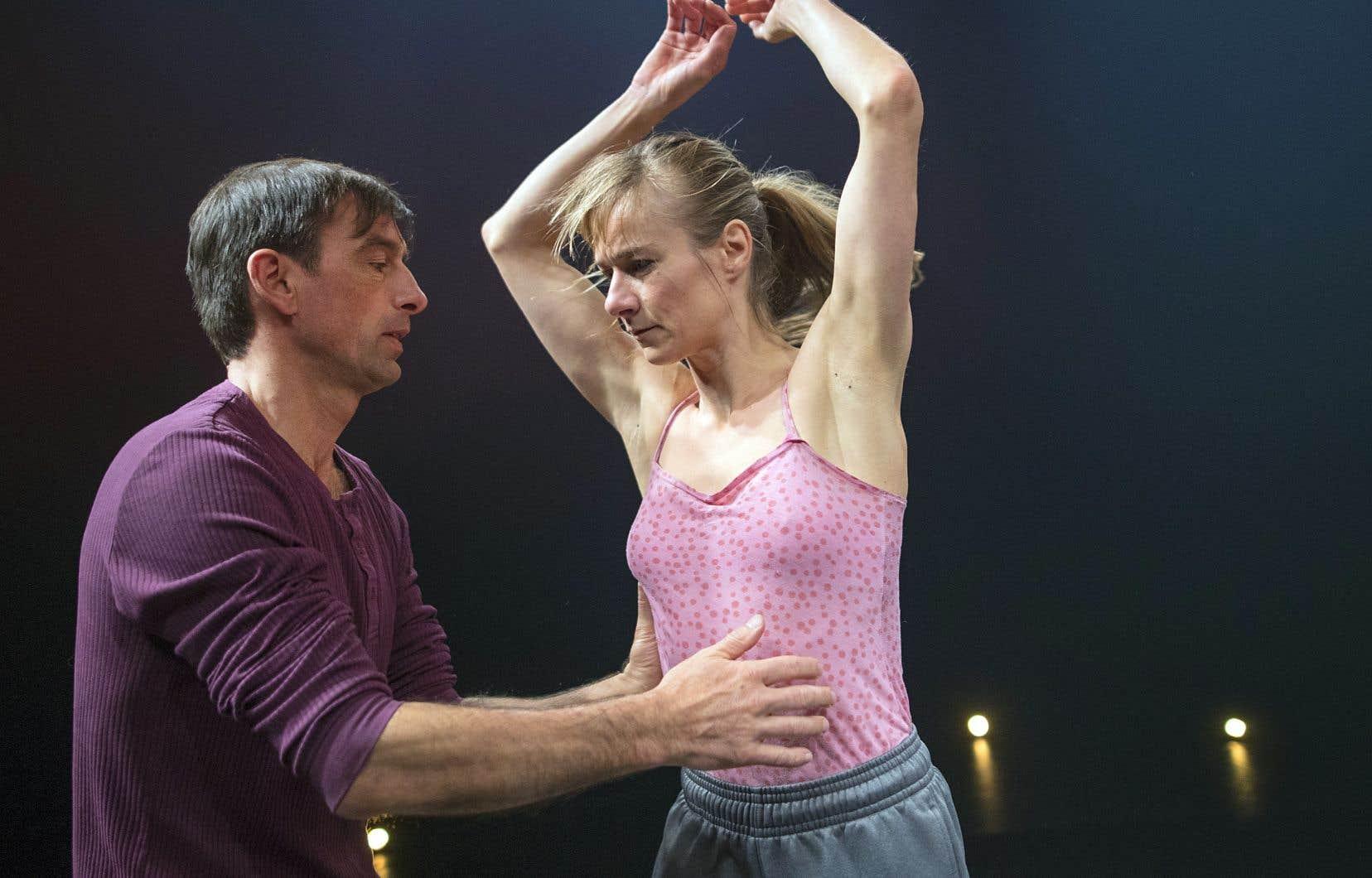 Sylvain Lafortune, un des spécialistes des portés au Québec, enseigne dans les écoles de danse professionnelles, assisté depuis une décennie par Esther Rousseau-Morin.