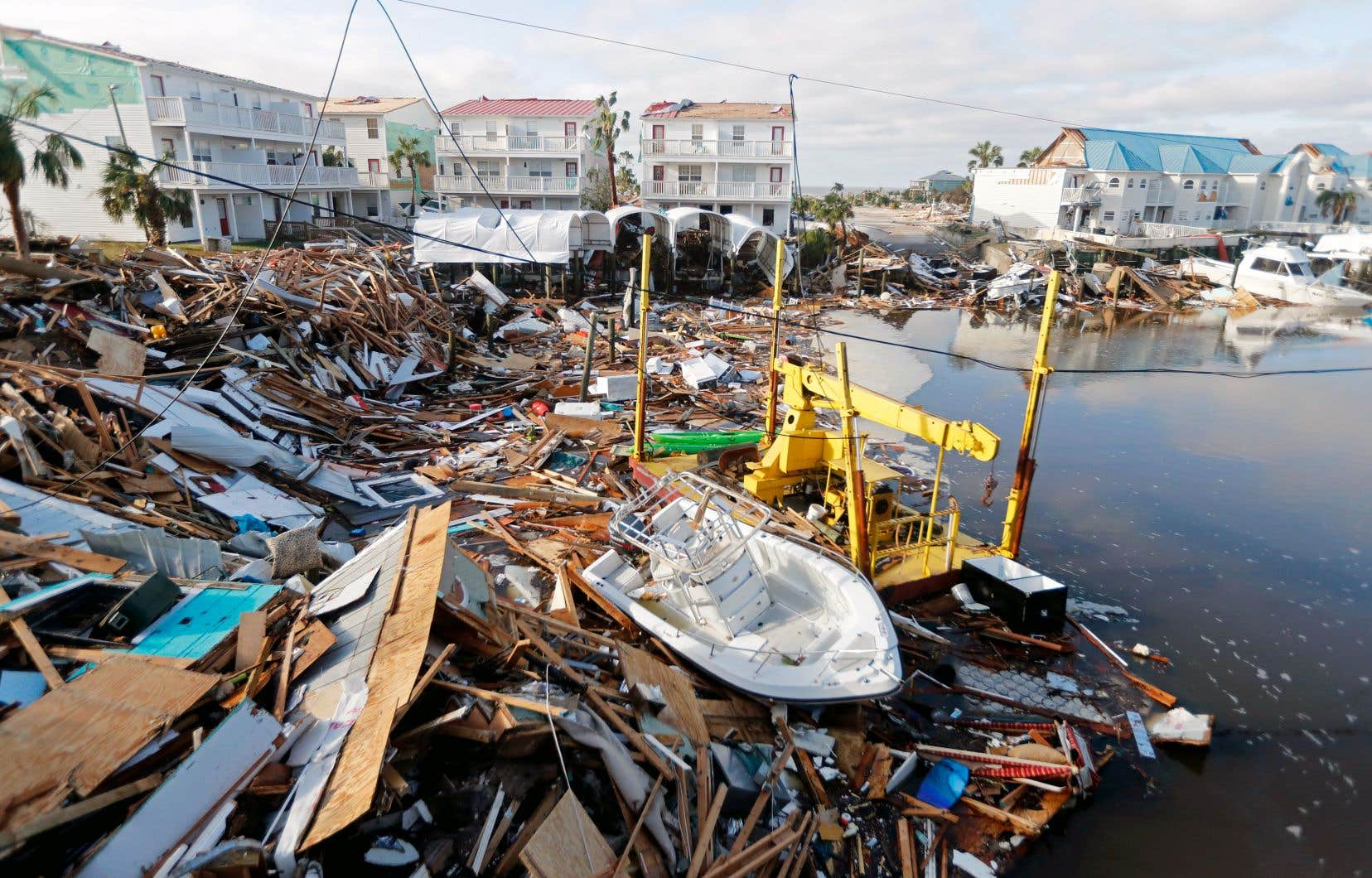 Un bateau gisait jeudi au milieu des débris sur les rives de Mexico Beach.