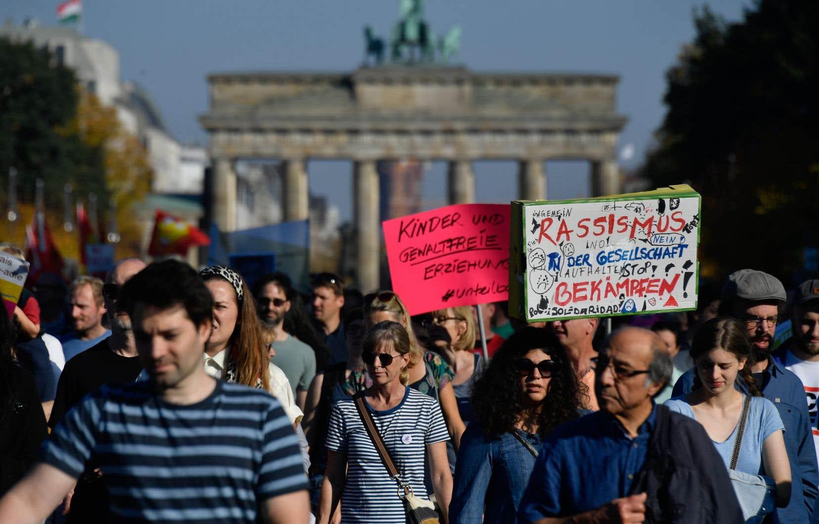 Au moins 150000 manifestants ont répondu présent, a annoncé le collectif #unteilbar (indivisible) qui avait dit miser sur quelque 40000 participants.