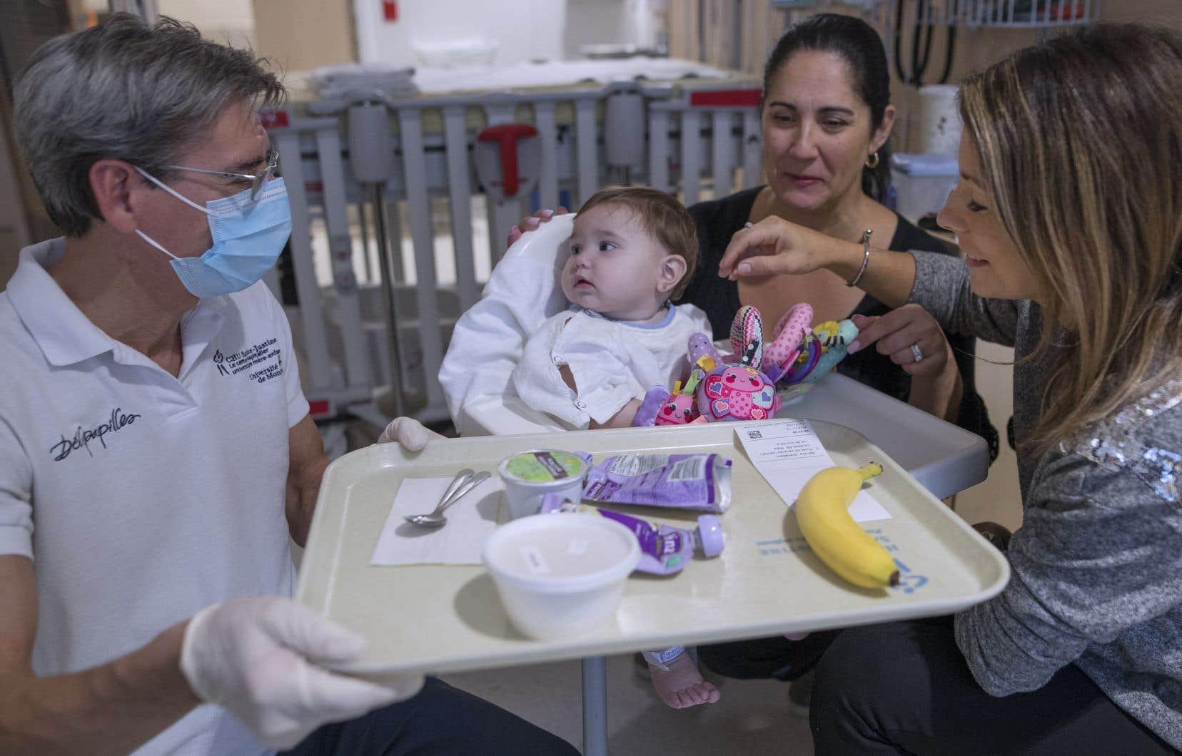 Un jeune patient du CHU pédiatrique Sainte-Justine mange des aliments biologiques.