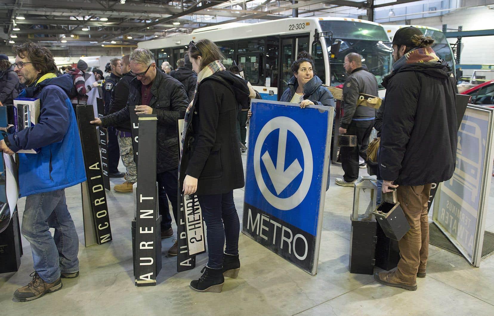 Les prix des objets proposés variaient entre 10 $ pour une pancarte d'arrêt d'autobus et 500$ pour une grande affiche représentant le logo de la STM.