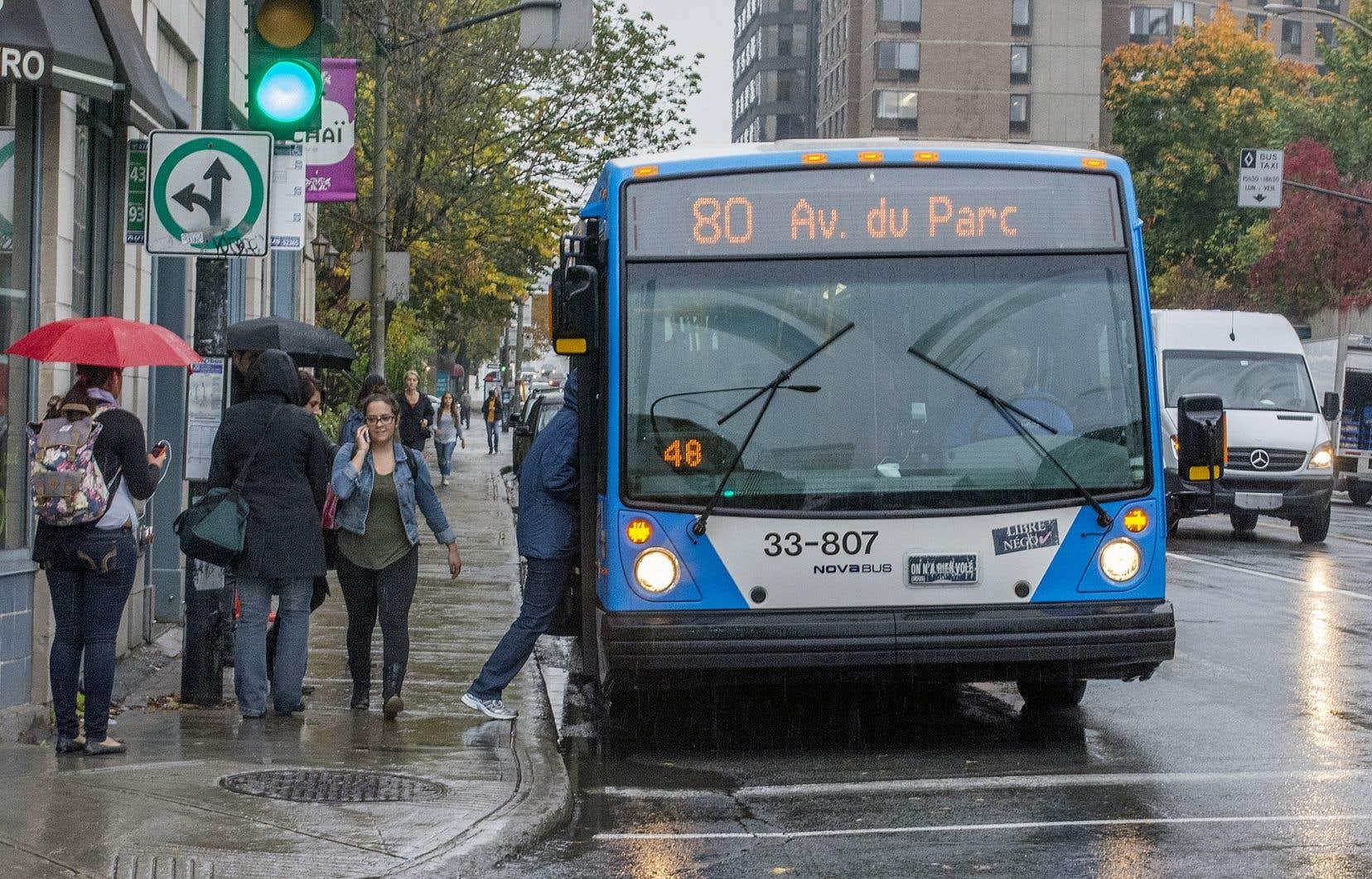 Les coûts reliés au transport en commun privent les élèves d'expériences enrichissantes, selon les professeurs qui ont lancé la pétition.