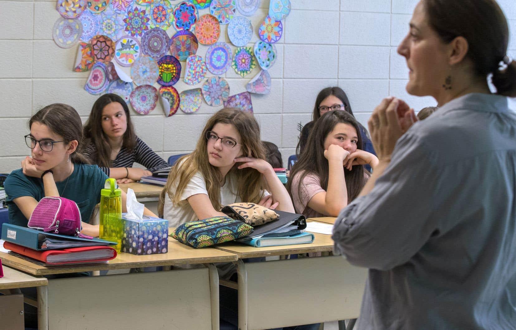 Des élèves écoutent la présentation d'une intervenante de la Fondation Jean Lapointe sur la légalisation du cannabis.