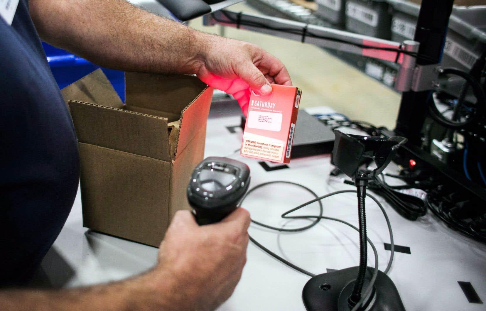 Pour la plupart des Canadiens, le premier achat de marijuana légale se fera probablement en un clic. Sur la photo, un employé d'un centre ontarien de distribution de cannabis teste la fiabilité du système de lecture du code à barres.
