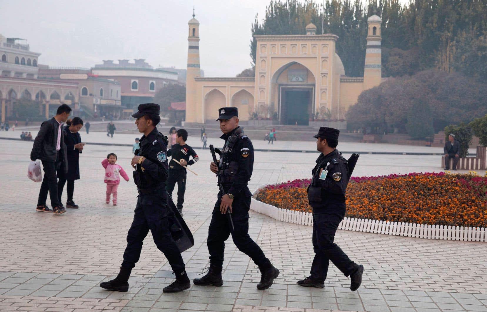 Des agents de sécurité près de la mosquée Id Kah à Kachgar, dans le Xinjiang