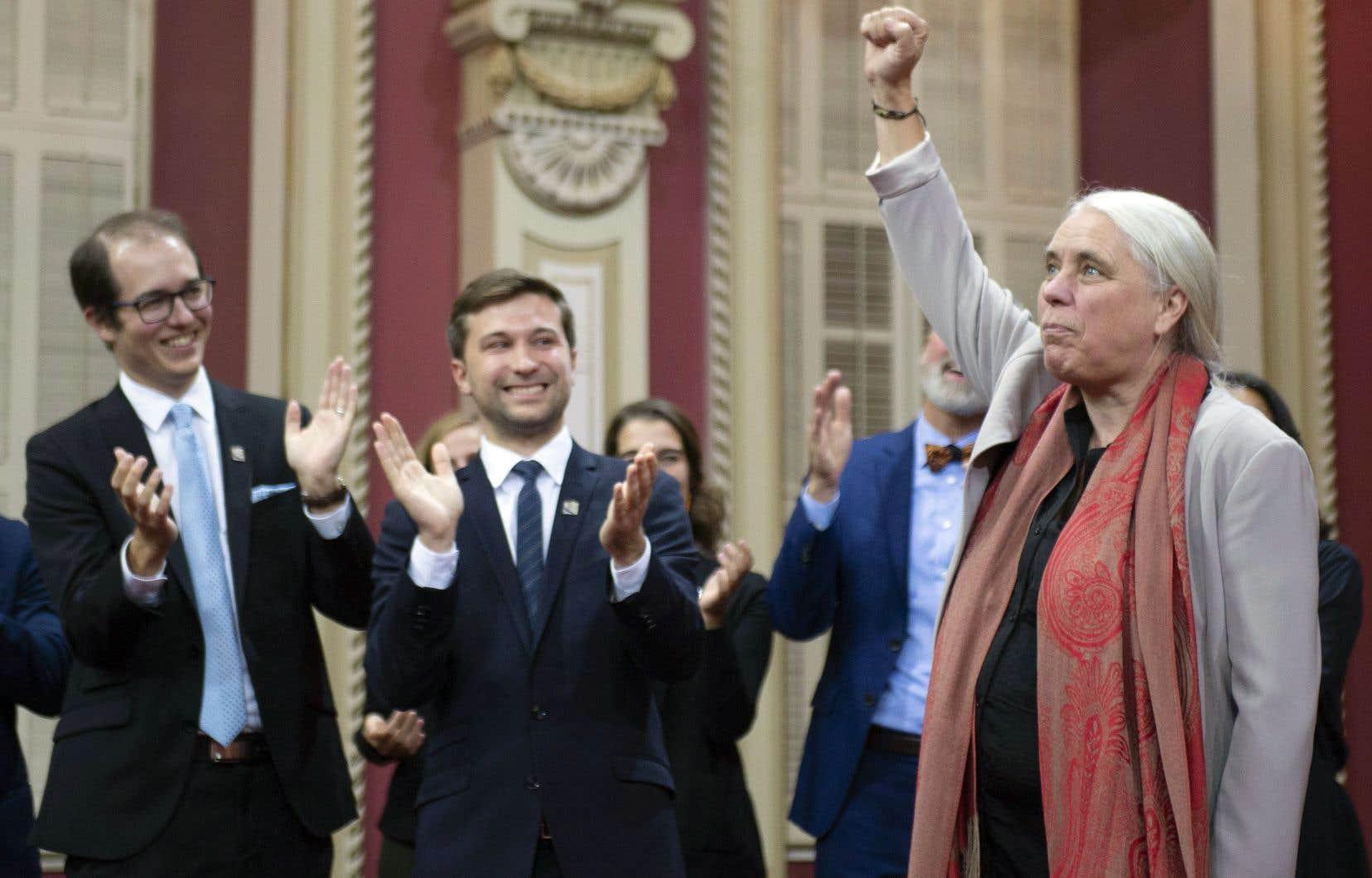 Sous le regard de Gabriel Nadeau-Dubois et des huit autres députés de Québec solidaire, Manon Massé a levé le poing lors de son assermentation à l'Assemblée nationale, mercredi à Québec.