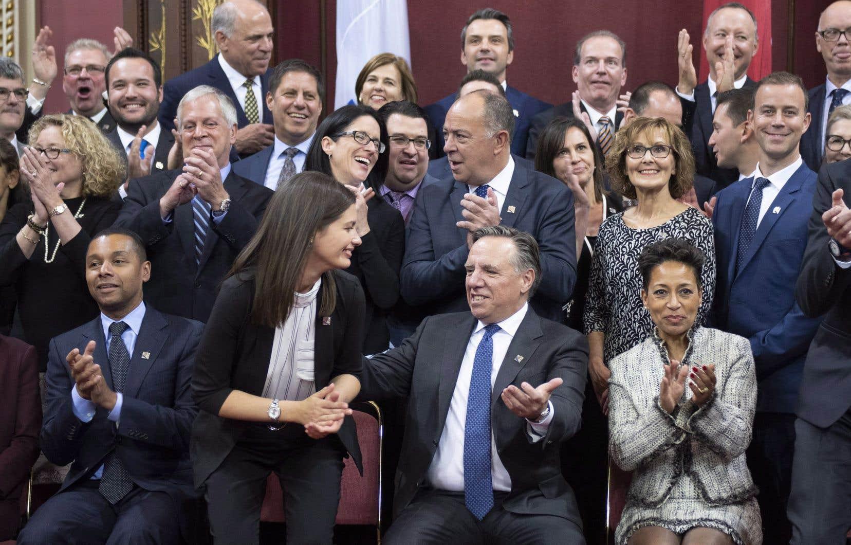 La députée Geneviève Guilbault serre la main du premier ministre désigné François Legault dans le Salon rouge de l'Assemblée nationale.