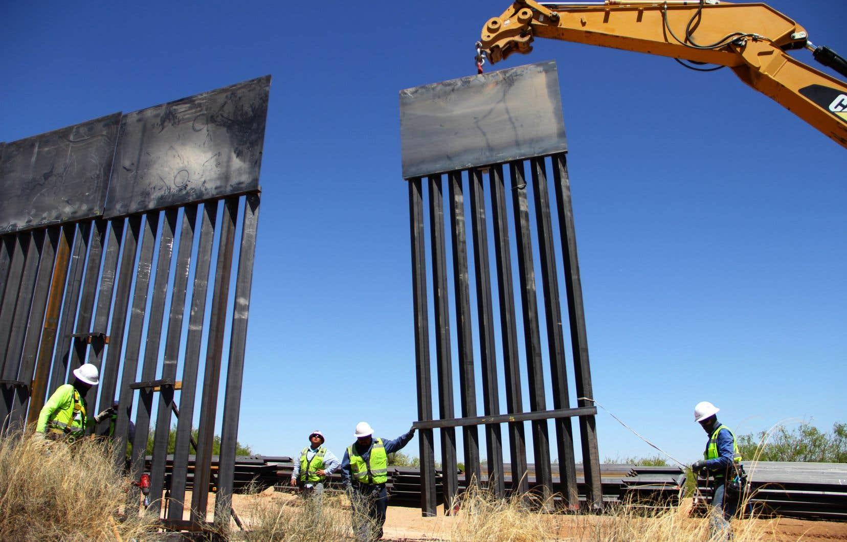 Une portion du mur séparant les États-Unis du Mexique, non loin de Ciudad Juarez, est remplacée par des ouvriers.