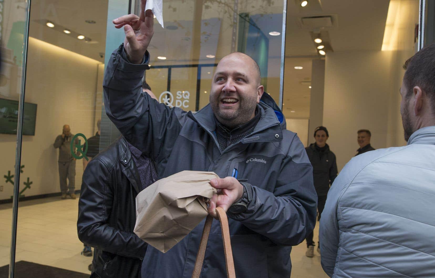 Mercredi,12 succursales au Québec ont accueilli dès 10 h des clients qui ont parfois attendu des heures avant d'y entrer tellement les files d'attente étaient longues.