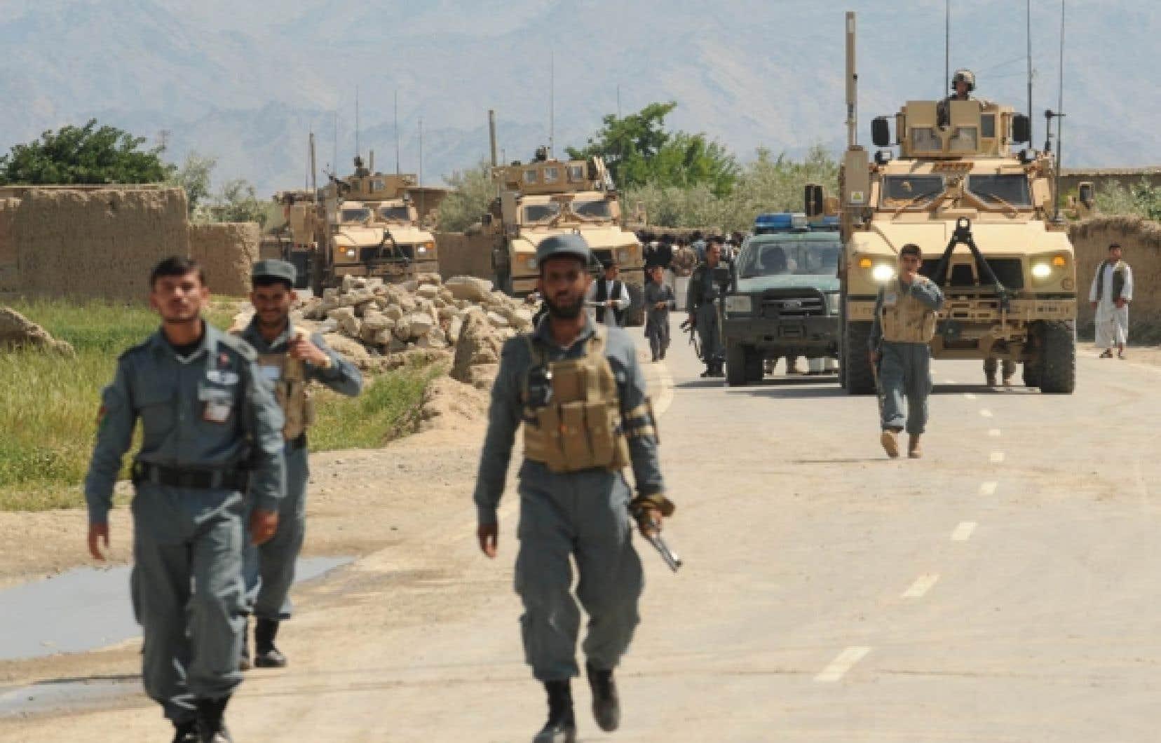 Des soldats américains et des policiers afghans montaient la garde hier près de Bagram.