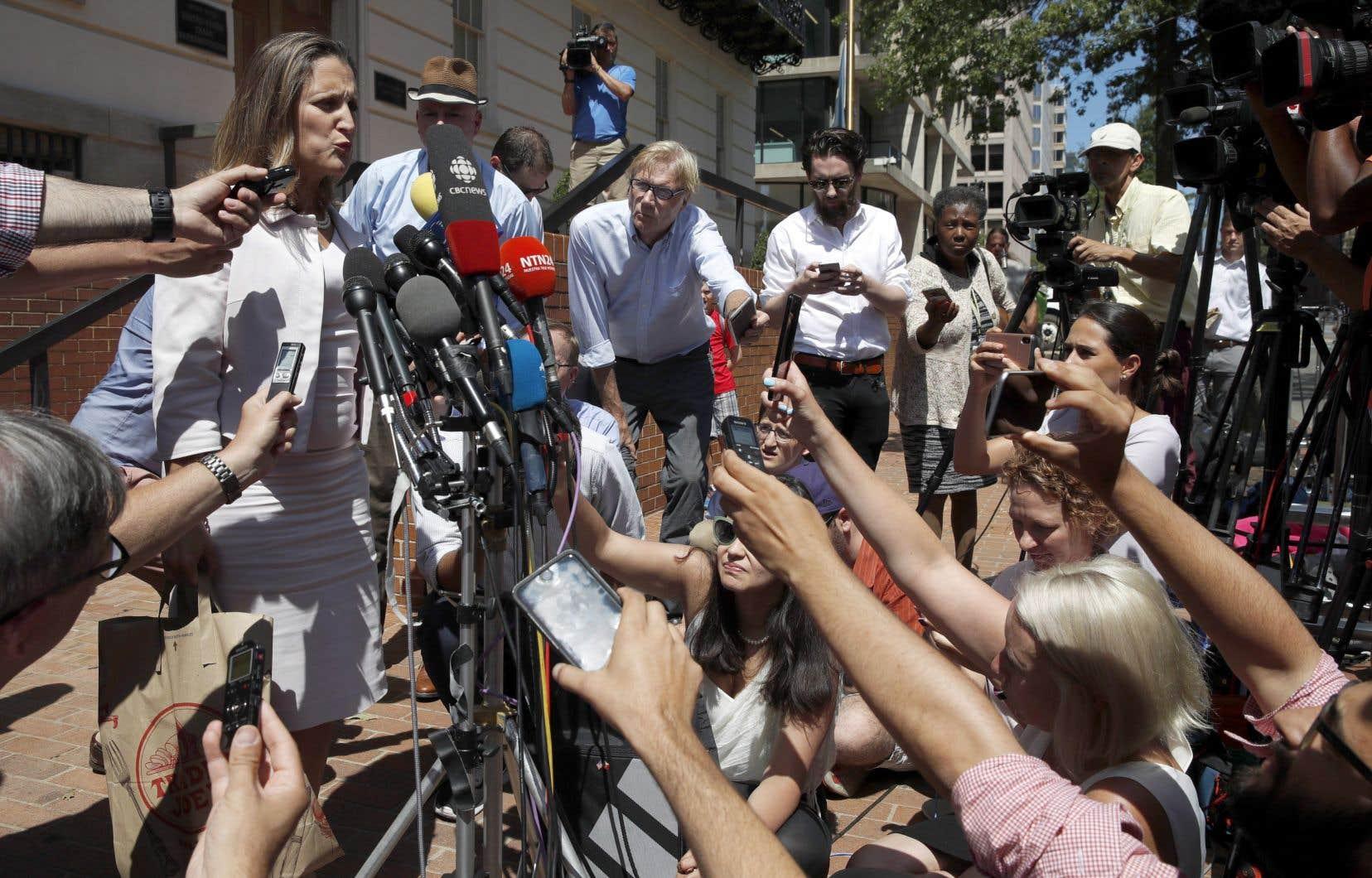 La ministre Chrystia Freeland s'est adressée aux journalistes en août dernier dans le cadre des renégociations de l'ALENA.