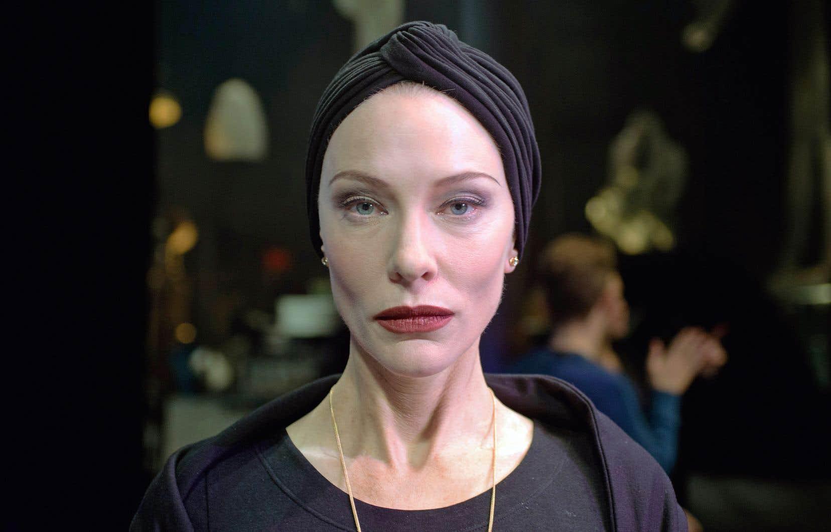 Dadaïsme, surréalisme, situationnisme, pop art, constructivisme, tous trouvent vie ici, dans la bouche de l'actrice Cate Blanchett, qui s'est métamorphosée pour l'occasion en itinérante, en travailleur de la construction, en professeur, en mère de famille conservatrice, en chorégraphe ou en marionnettiste.